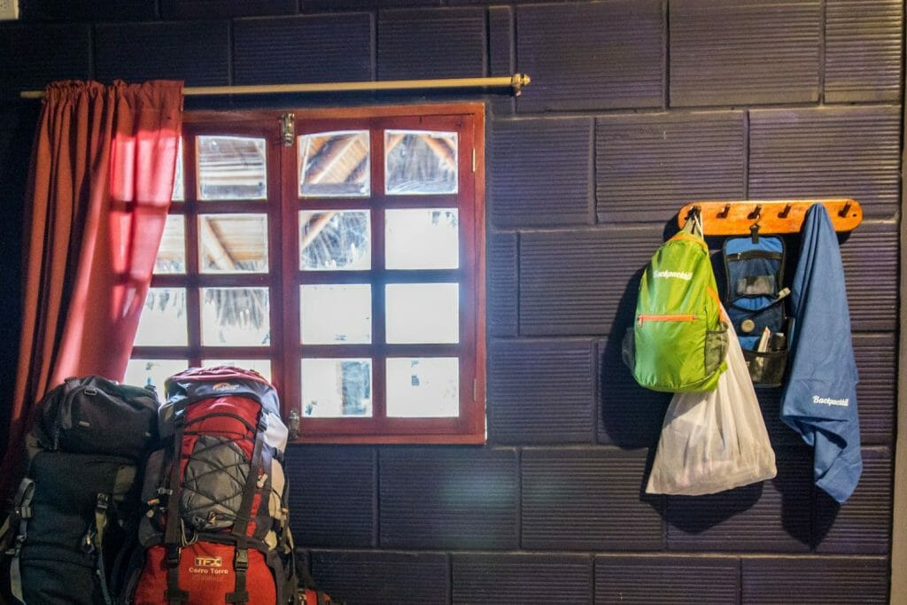 Backpackkit microvezel handdoek in hostel