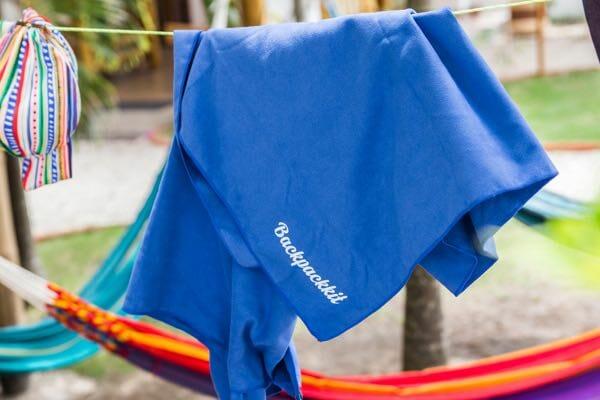 Backpackkit microvezel handdoek aan waslijn